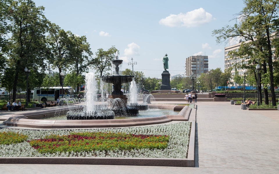 Mike Hewson: (Installation View) - Pushkin Square, Moscow